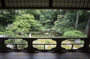 歴史的家屋から観る庭園の眺め.jpg